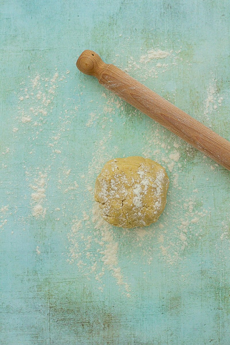 Ball of pastry and rolling pin
